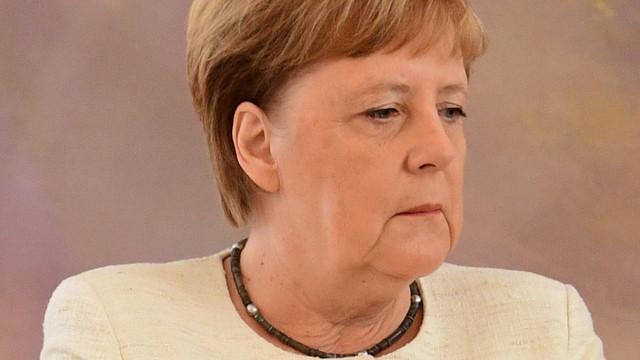 Angela Merkel yine titrerken görüntülendi!