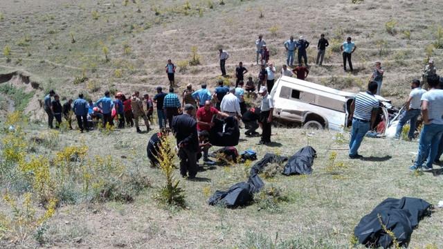 Van'da göçmenleri taşıyan minibüs takla attı