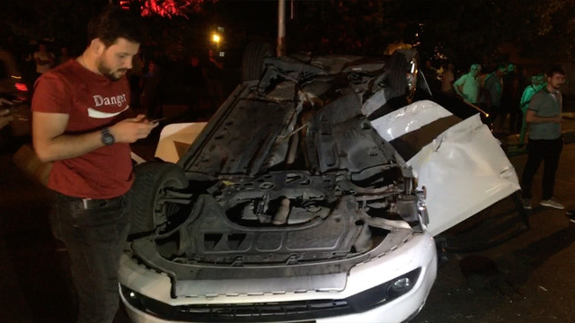 Takla atan otomobil karşı şeritteki aracın üstüne düştü!