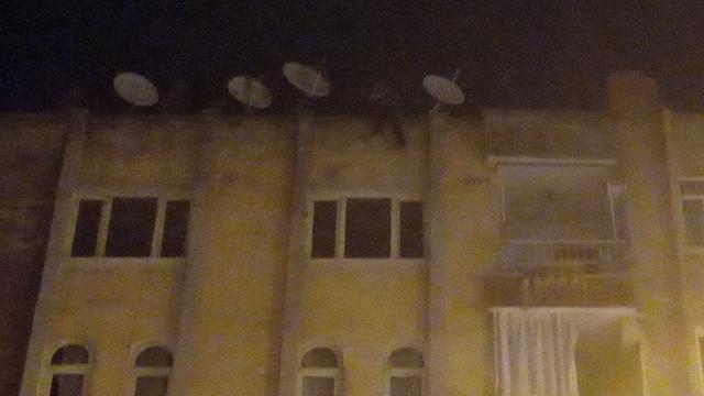Eşiyle tartıştı, 6 katlı binanın çatısına çıkarak intihara kalkıştı!
