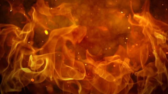 Kendini, eski eşini ve oğlunu eve kilitleyip binayı ateşe verdi