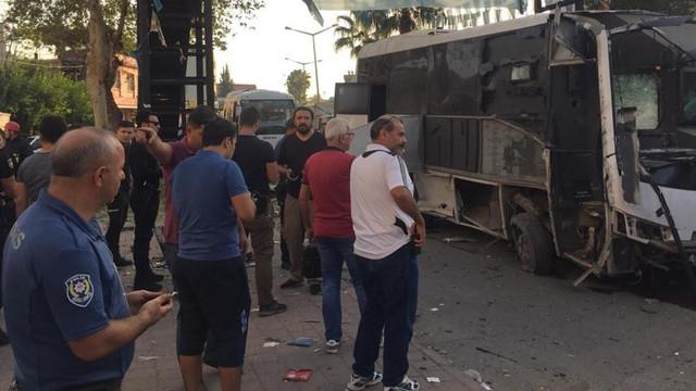 Çevik kuvvet polislerini taşıyan servis aracına bombalı saldırı