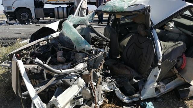 Bitlis'te otomobille TIR çarpıştı!