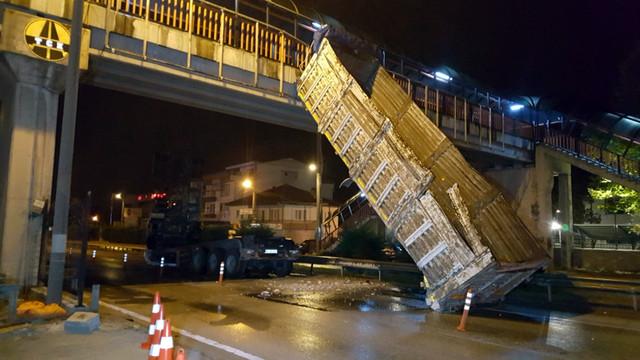 Damperi üst geçide takılan kamyon, takla attı!