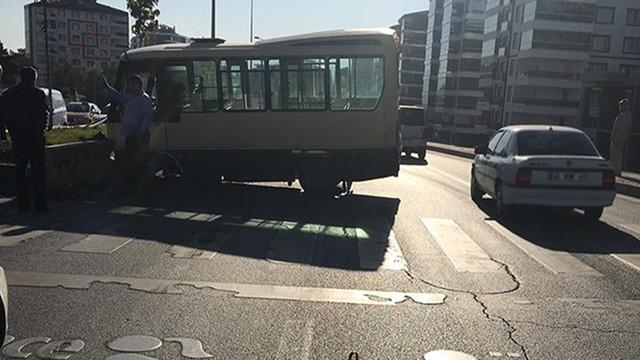 Minibüs önce yayaya, sonra refüje çarptı!