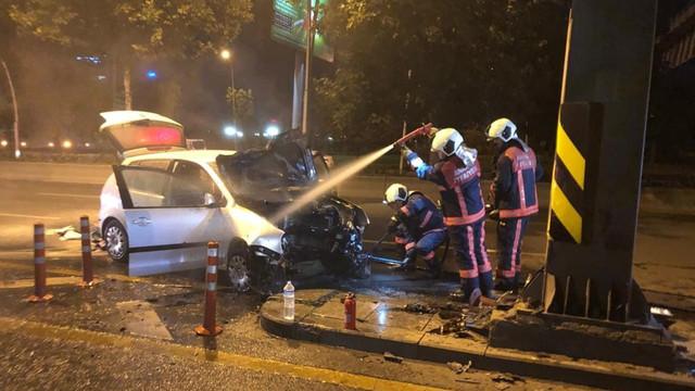 Ankara'da yön levhasına çarpan otomobil alev aldı