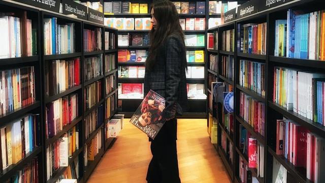 Neslihan Atagül kitapların arasında kayboldu!