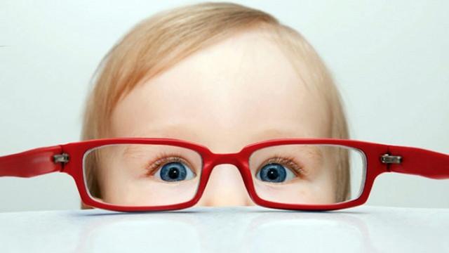 Bebeğin gözündeki beyaz lekeye dikkat!