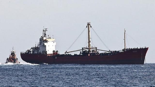 Türk gemileri mülteci kampı gibi