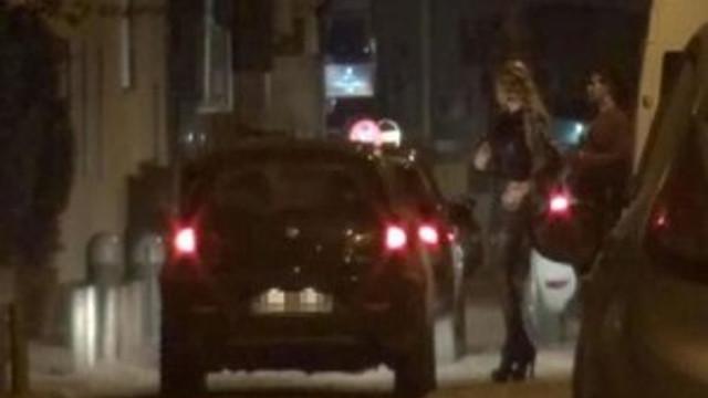 İzmir'de travestiyi kümese kapattılar!