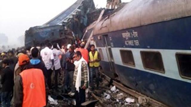 Hindistan'da tren raydan çıktı!