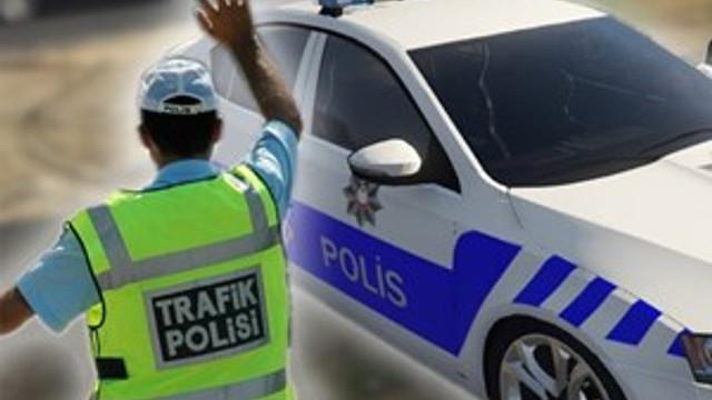 Ceza yazmak isteyen trafik polisinin parmağını kırdılar!