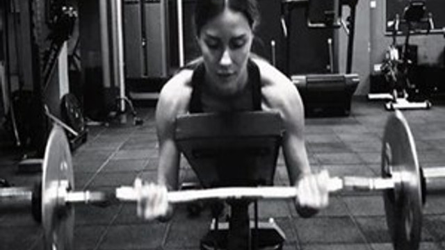 Yasemin Özilhan fitness salonunda şov yaptı.