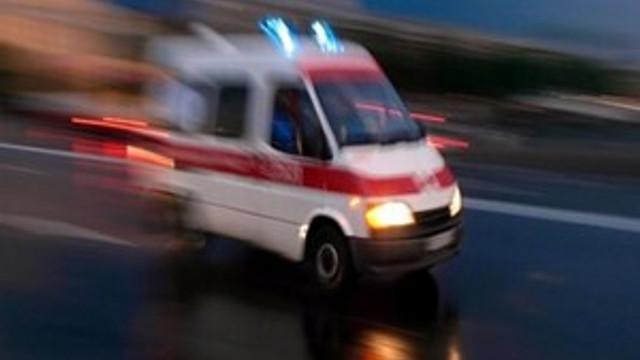 Yolun karşısına geçmeye çalışan genç kadına araba çarptı