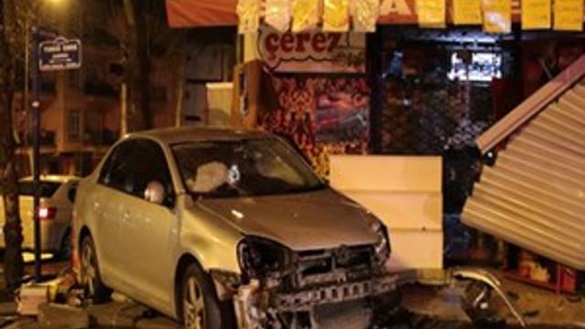 Kontrolden çıkan otomobil dükkanlara daldı