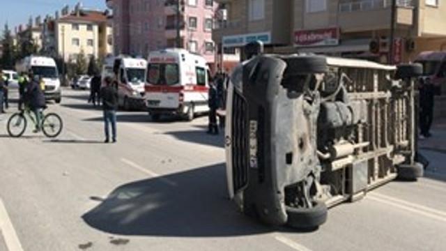 Öğrenci servisi ile otomobil çarpıştı!