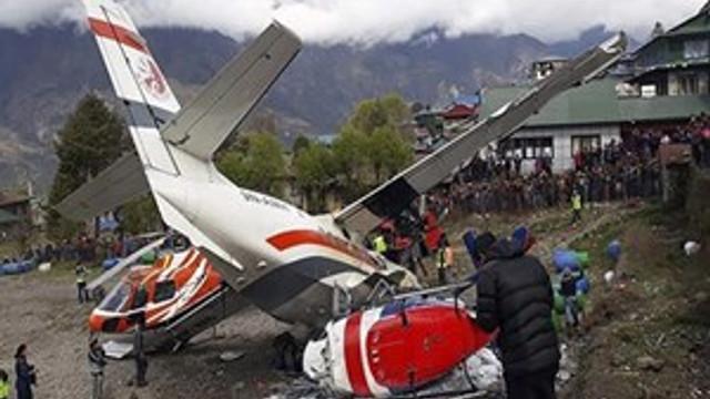 Nepal'de yolcu uçağı pistteki helikoptere çarptı