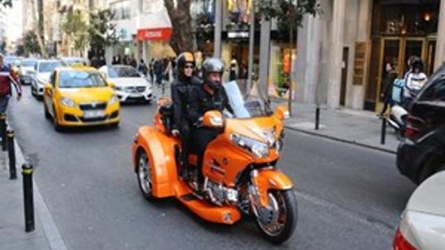 Cem Yılmaz ve Defne Samyeli Nişantaşı trafiğine takıldı