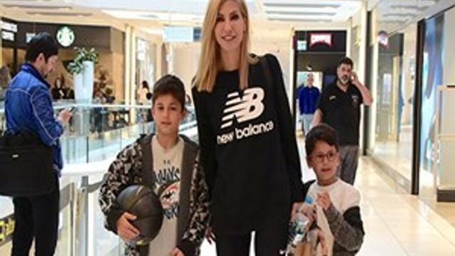 Çağla Şıkel oğullarıyla alışverişe çıktı