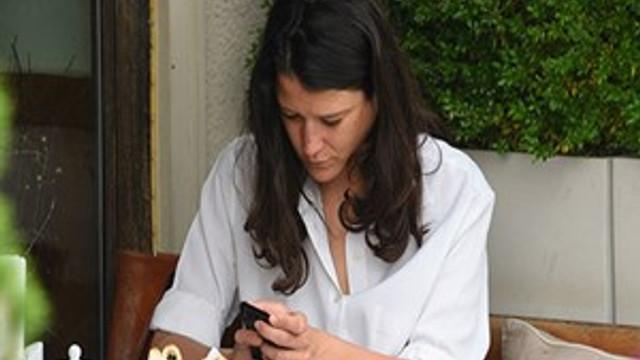 Ayşe Boyner başını telefondan kaldırmadı!