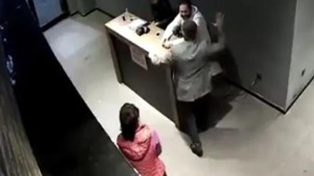 """Çalışanlarına """"Ayağa kalkmadın"""" dayağı atan patron gözaltına alındı"""