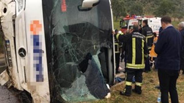 Milas'ta yolcu otobüsü devrildi