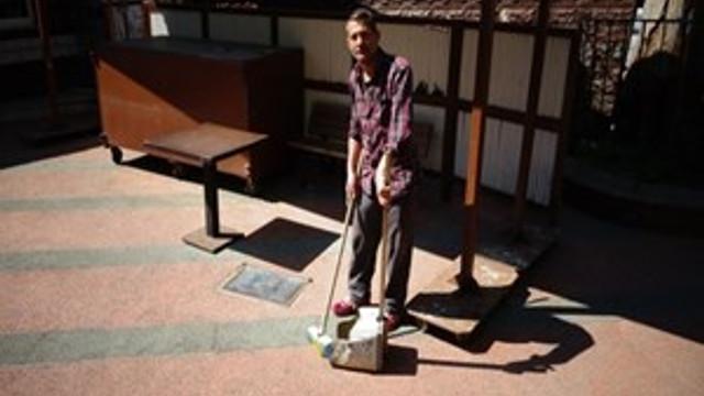 Hapis cezasını cami temizleyerek geçiriyor