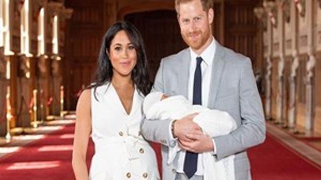 Kraliyet bebeğine şempanze kostümlü photoshop!