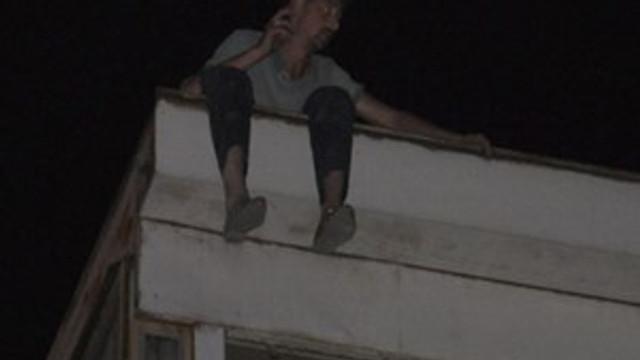 Eşiyle tartıştı çatıda çıkıp intihara kalkıştı!