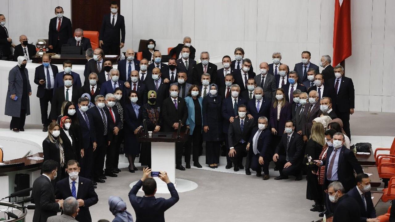 AKP'li milletvekilleri sosyal mesafeyi unuttu