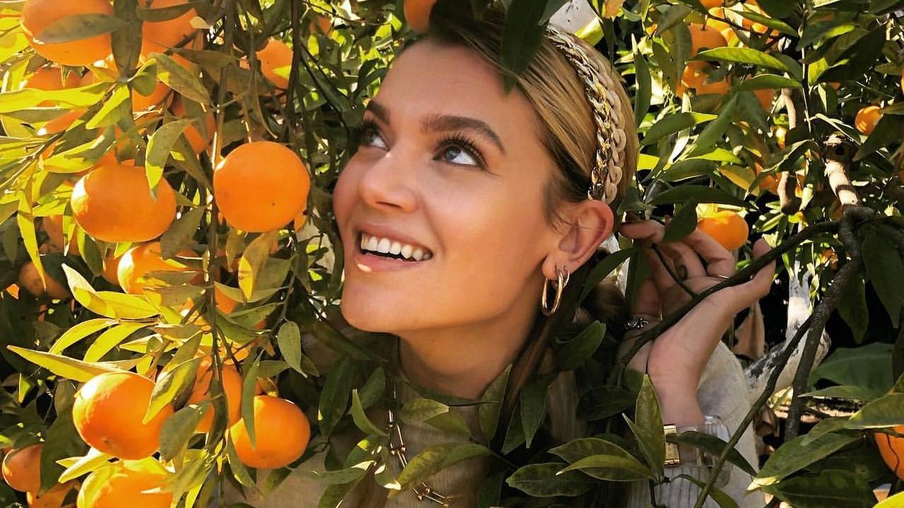 Derya Şensoy portakal ağacıyla poz verdi