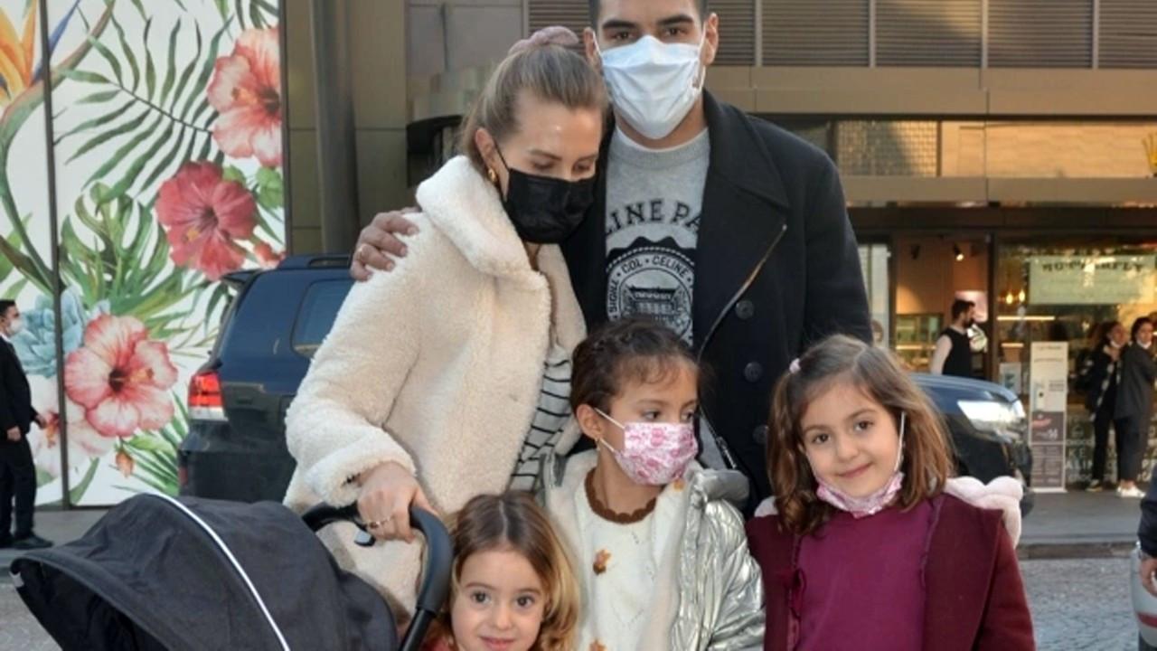 Yakışıklı futbolcu ailesiyle alışverişte görüntülendi