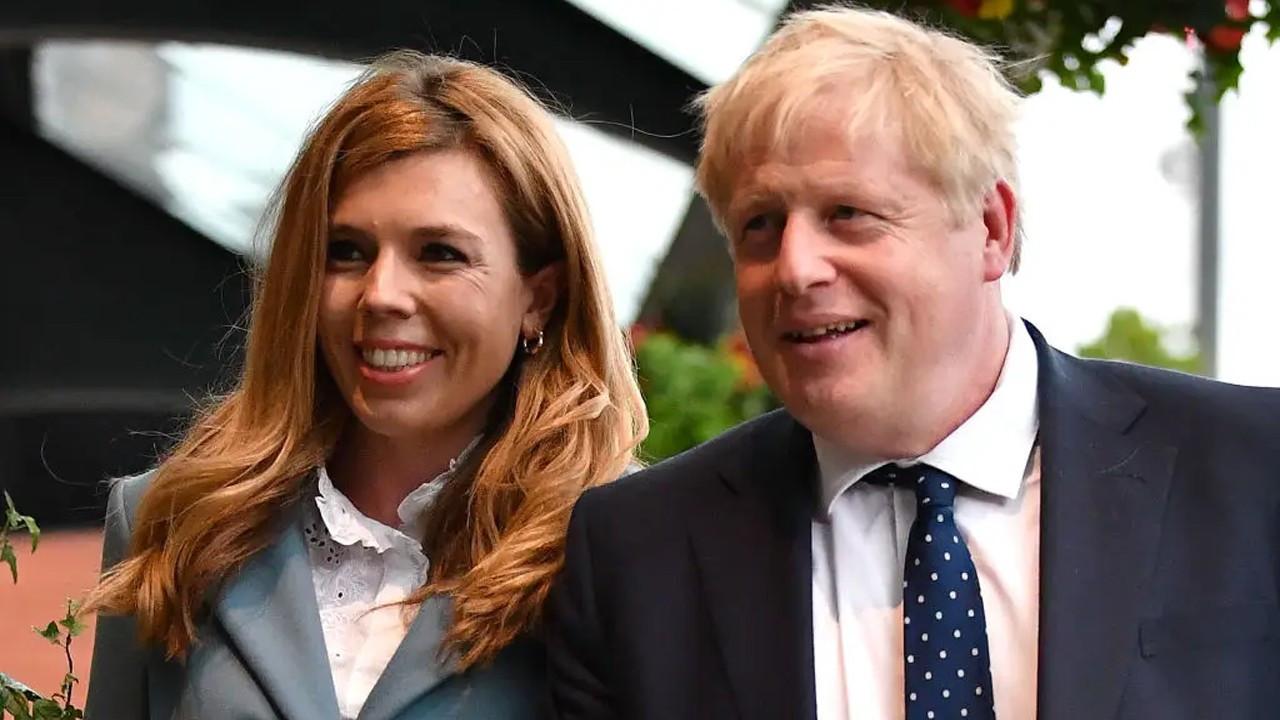 İngiltere Başbakan Johnson'un sürpriz evliliğiyle çalkalanıyor