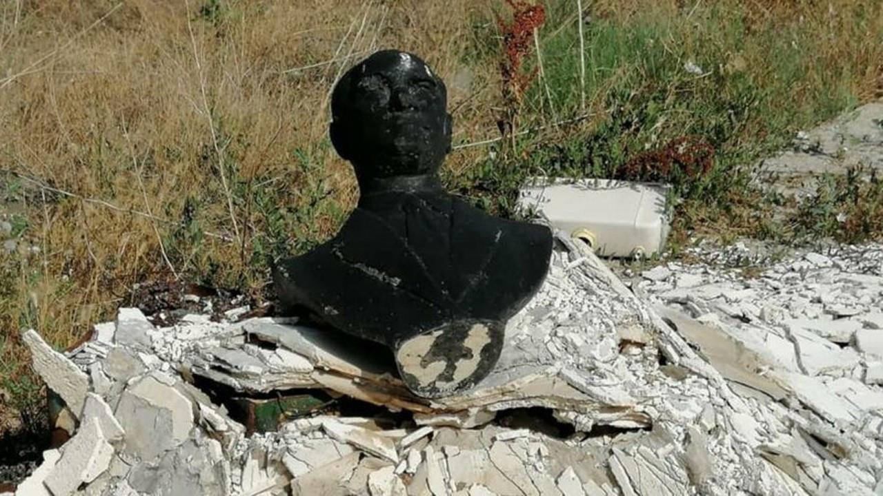 Ulu Önder Atatürk'ün büstünü yakıp çöpe attılar
