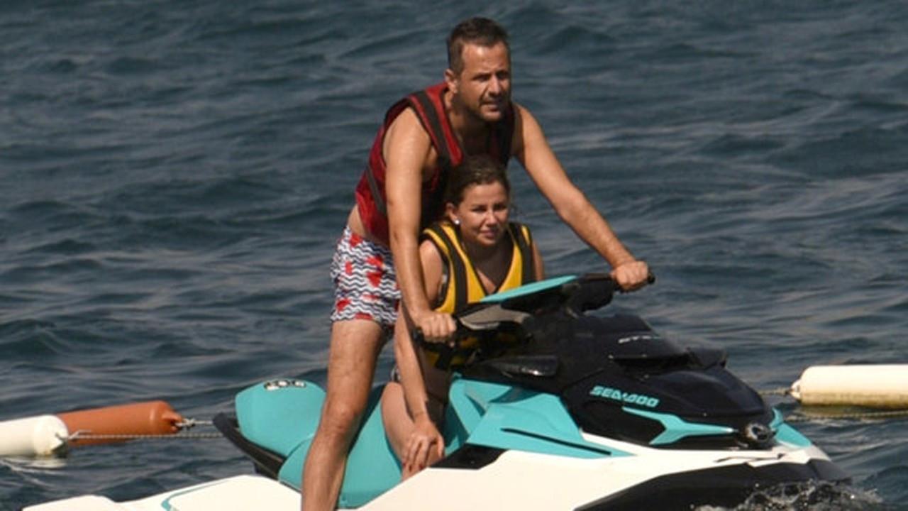 Merve Özbey ve eşi tatilde görüntülendi